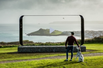 Samsung installed giant Galaxy S8 sculptures all over UK. [ Marketing +1]