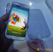 Samsung Galaxy S4 will be out with a wireless charging dock and cover.